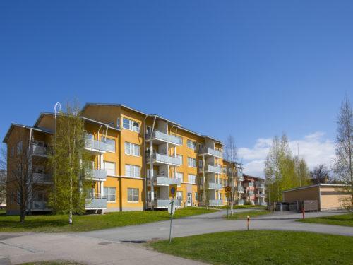 Uudenkylän Kotilinna on keltainen kerrostalo, jossa parvekkeita